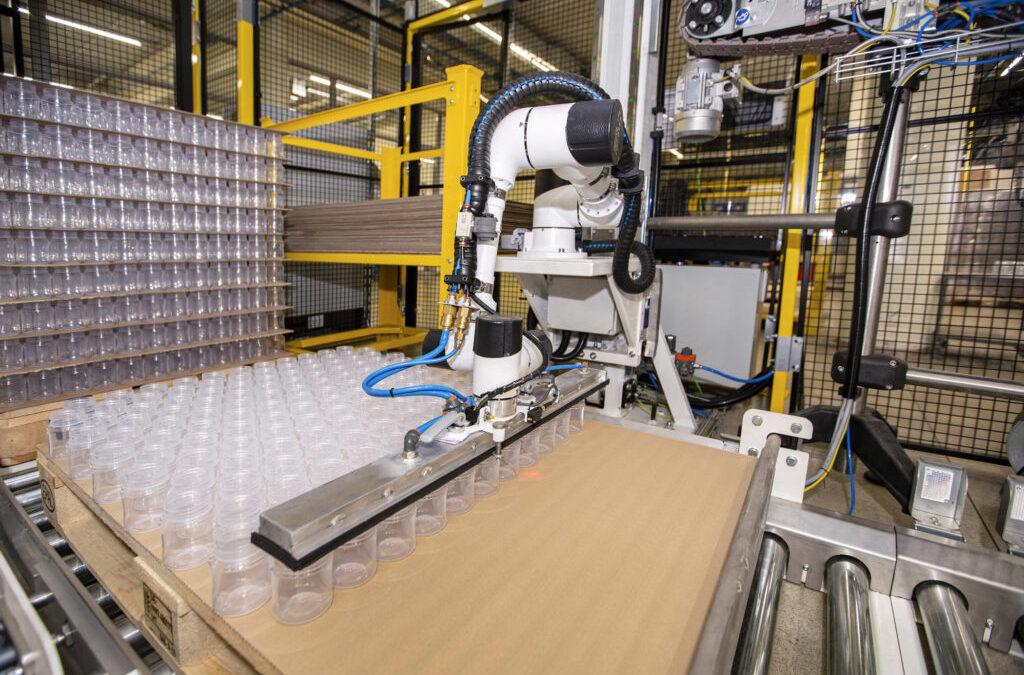 Zrobotyzowana linia dopaletyzacji butelek wfirmie CANPOL