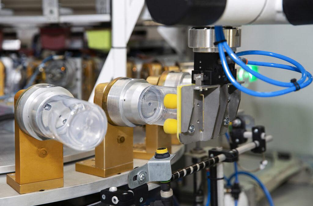 Zrobotyzowana linia doobsługi maszyny tampodrukowej wfirmie CANPOL